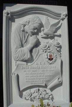 Detalle-lapida-tallada-Jesús-y-paloma-Mármoles-Sánchez-Cazorla
