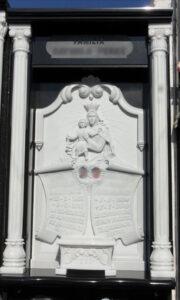 Lapida-tallada-Virgen-pergaminos-Marmoles-Sanchez-Cazorla