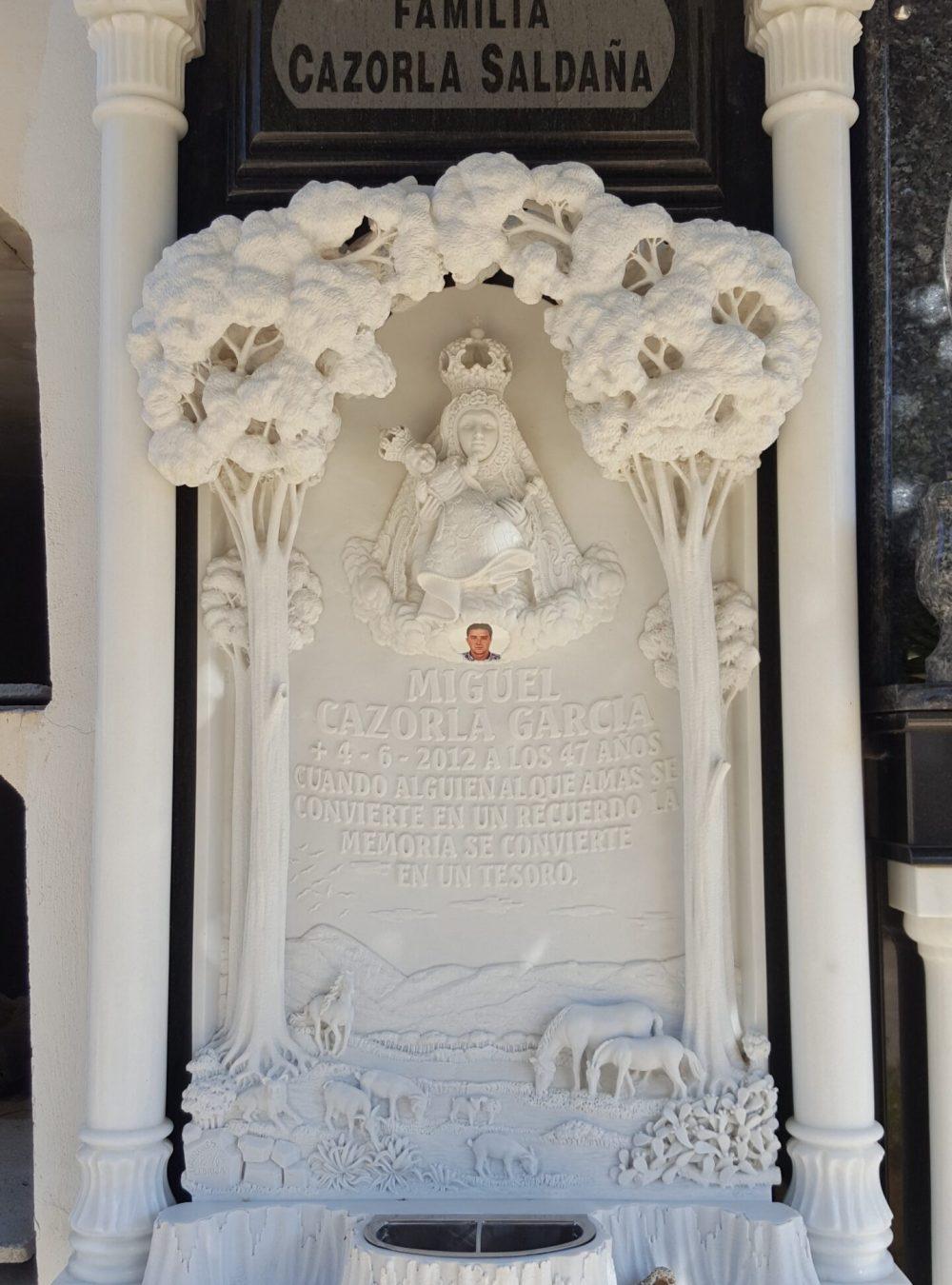 Lapida-tallada-arboles-Mármoles-Sánchez-Cazorla